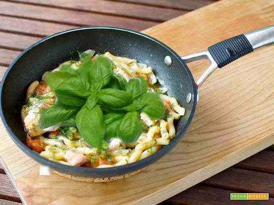 Pasta con salmone fresco, basilico e peperoncino