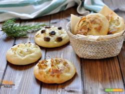 Focaccine soffici con olive, cipolla e pancetta