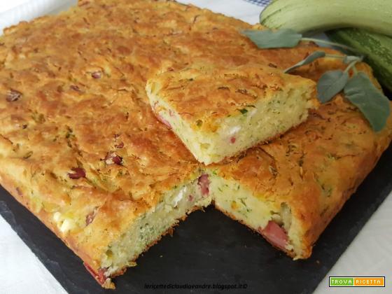 Torta salata con zucchine, wurstel e feta