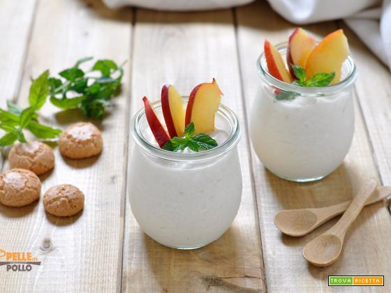 Coppette con crema allo yogurt e pesche
