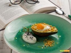 L'avocado al forno con tuorlo d'uovo e mousse di formaggio