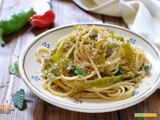 Spaghetti con friggitelli e pane croccante