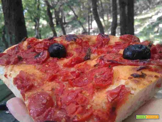 Pitta calabrese con peperoni e olive nere