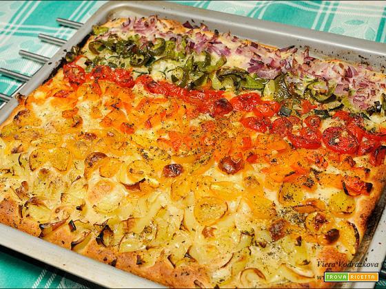 Pizza arcobaleno con la farina Kamut con le verdure dell'orto