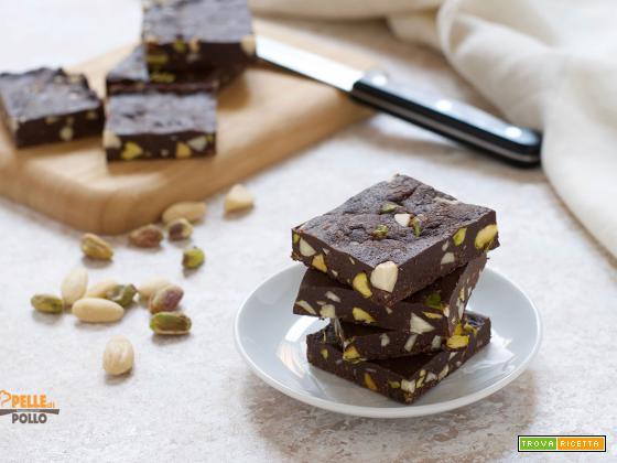 Brownies senza cottura al cioccolato con mandorle e pistacchi