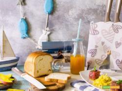Colazione estiva: tartare di tonno, frutta e uova strapazzate