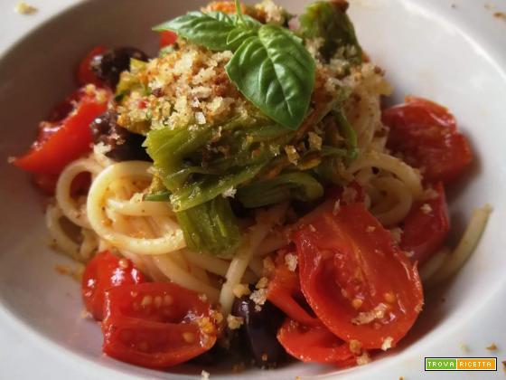 Spaghetti con pomodorini datterini, fiori di zucca, olive taggiasche e crumble di pane