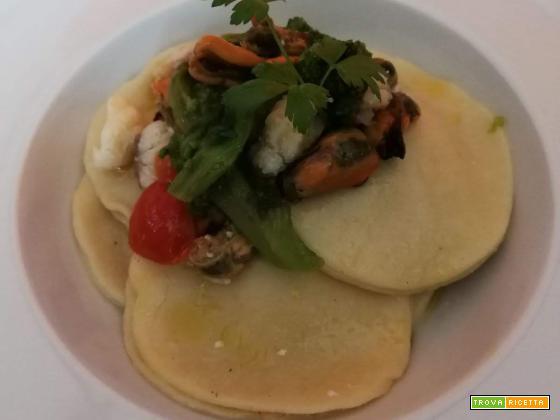 Ravioloni ripieni di rana pescatrice con sugo di cime di rapa, cozze e pomodorini datterini