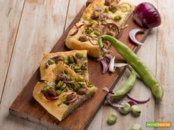 Focaccia con fave, cipolle e salsiccia per un pieno di gusto ed energia