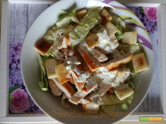Insalata con pollo grigliato con crostini alla cipolla
