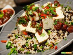 Tofu con chutney indiano, lenticchie nere e grano saraceno