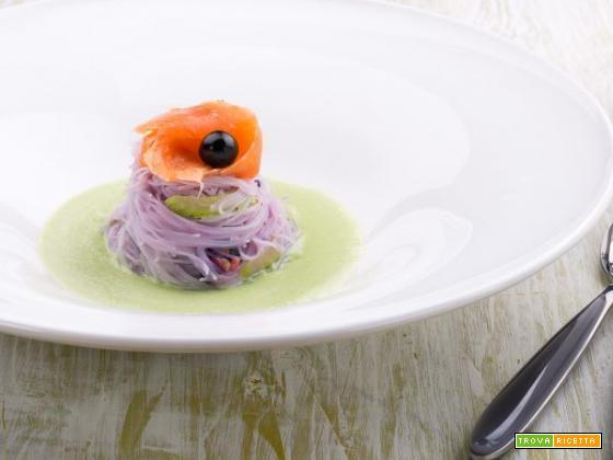 Spaghetti di riso ai mirtilli e crema di fagiolini con salmone: la salute vien mangiando