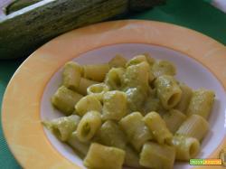 Pasta con crema di zucchine e cipolle
