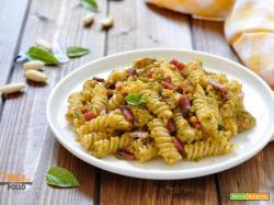Pasta al pesto rosso di zucchine e speck