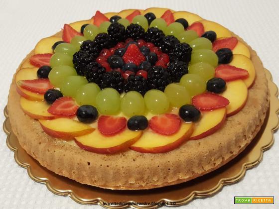 Torta alle nocciole e frutta mista fresca