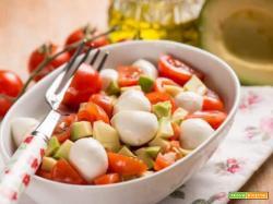Insalata di pomodori, avocado e mozzarelline per proteggere la vista