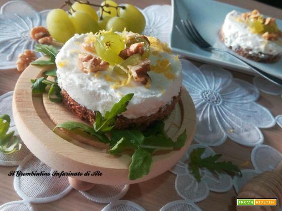 Cheescake salata di caprino con uva, noci e miele