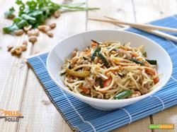 Noodles con carne e verdure saltate in padella
