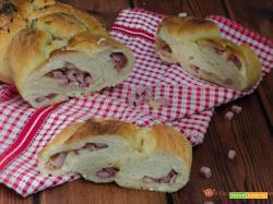 Treccia di pan brioche salata con prosciutto cotto e scamorza