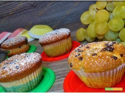 Muffin con uva e gocce di cioccolato