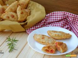 Panzerotti di patate con cotto e mozzarella