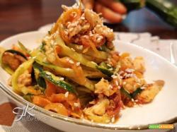 Spaghetti di verdure con salmone saltato al pesto di pomodori