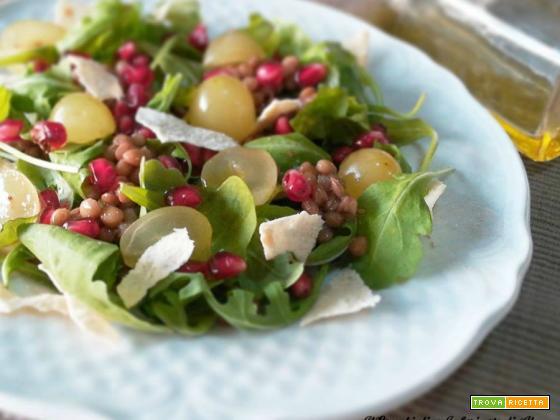 Insalata di lenticchie con uva, rucola e melograno