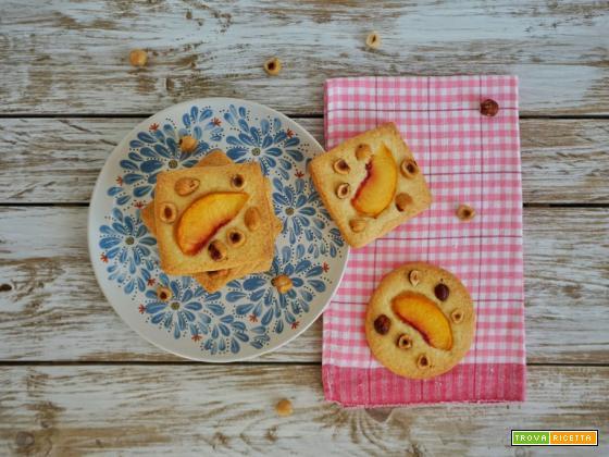 Biscotti di frolla con pesche e nocciole