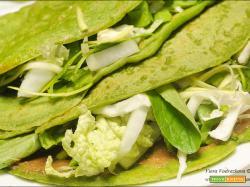 Crepes verdi agli spinaci freschi con le verdure