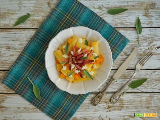 Rigatoni con zucca, mozzarella di bufala e speck croccante