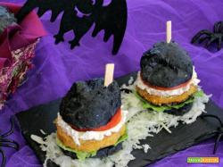 Burger di zucca con pane al formaggio cremoso e carbone vegetale, da paura!
