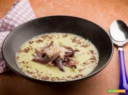 Cipolle rosse stufate su crema di verza e noci di Macadamia