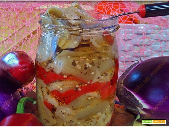 Melanzane sott'olio con peperoni fatte in casa