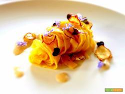 Vegan Tagliatelle a base di grano duro e santoreggia in salsa di pane e topinambur