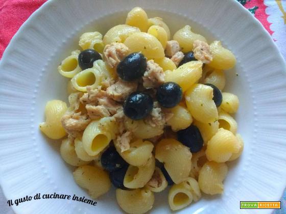 Pipe rigate con tonno e olive nere