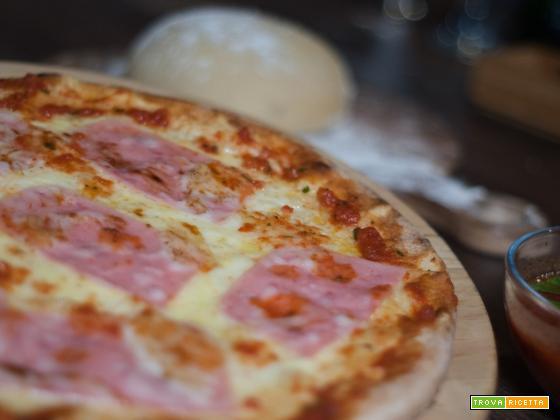 Pizza al prosciutto: Ricetta veloce per una serata