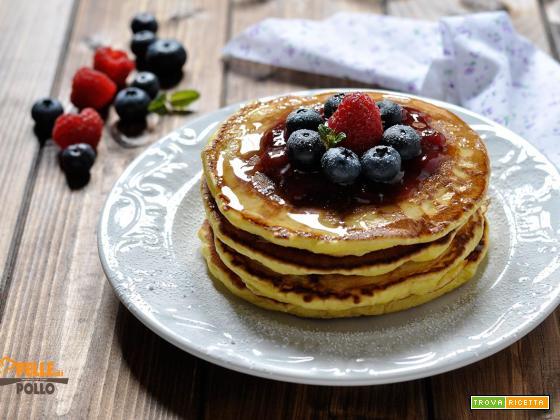 Pancakes con miele e frutti di bosco