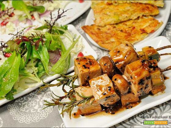 Spiedini di tofu e insalata quasi orientale