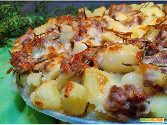 Sbriciolata di patate e salsiccia al forno