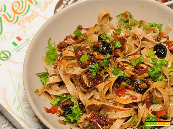 Tagliatelle ai 5 cereali con olive e pomodori secchi