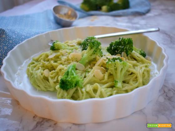 Noodles con pesto ai broccoli