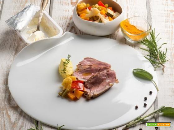 Filetto di maiale con salsa di formaggio alla curcuma e verdure in vasocottura