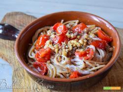 Spaghetti con pesto di acciughe, noci e limone su crema di burrata