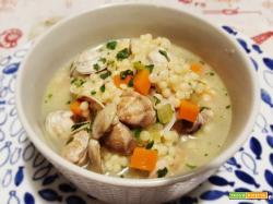 Primi piatti gourmet: fregola in brodo con vongole. Ma anche con arselle o lupini