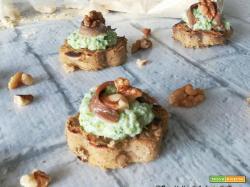 Crostini di farecchiata con broccoli e noci