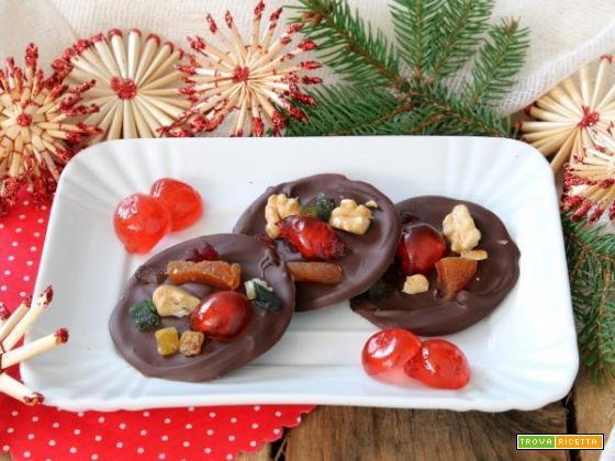 Mendiants al cioccolato fondente, frutta secca e candita per un Dolce Natale