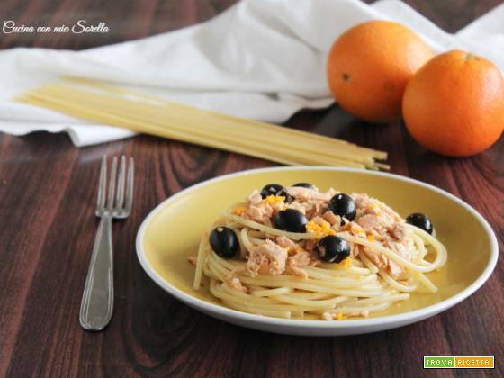 Spaghetti con salmone e olive alla arancia