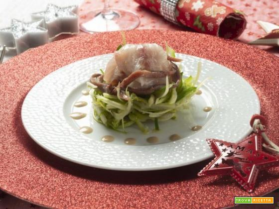Invitante carpaccio di spigola, insalata di puntarelle e acciughe del Cantabrico