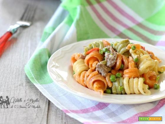 Pasta tricolore mantecata con salsiccia e piselli