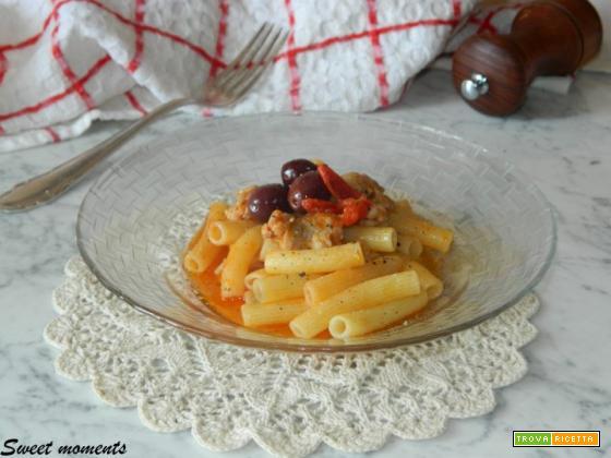 Pasta con salsicce e olive nere